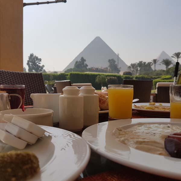 Petit-déjeuner-au-pied-des-pyramides